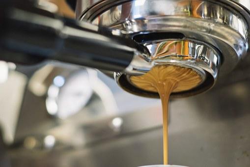 Crema de café espresso saliendo del portacafé