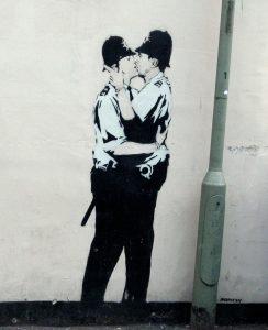 "Grafiti Banksy""Kissing coppers"""