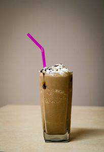 Café con crema helado.