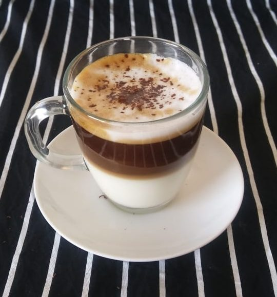 Capuchino terminado con chocolate
