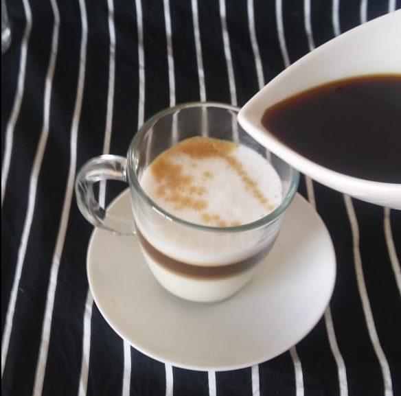 Media taza de leche con café