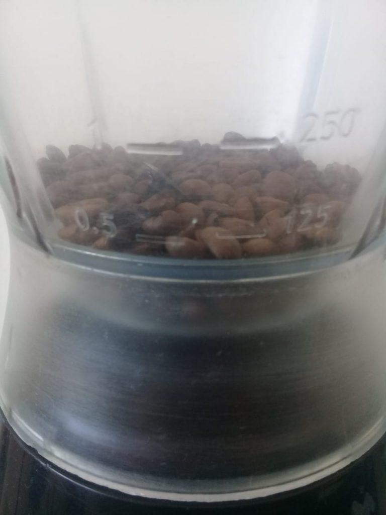 Granos de café en licuadora